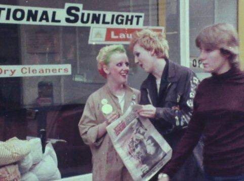 punk-kebab-documentary-the-1977-003-punks-read-new-musical-express-outside-laundrette (1)